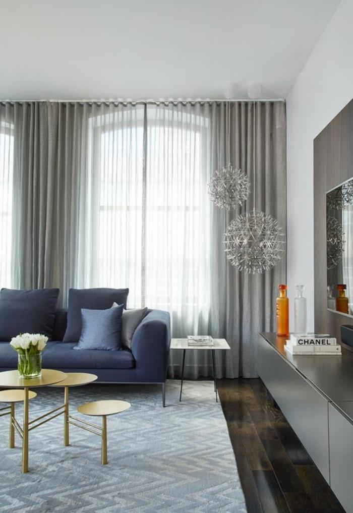 schöne wohnzimmereinrichting - dunkelblauer sofa, graue gardinen, tolle lampenschirme