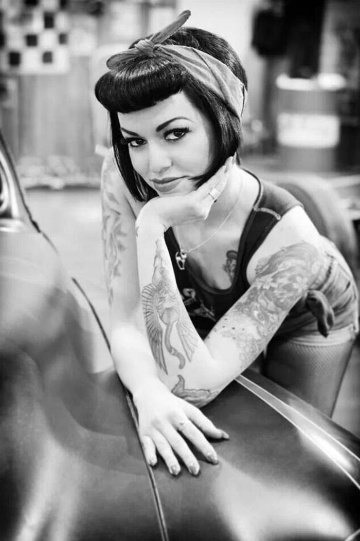 bandana frisuren - dame mit kurzen schwarzen haaren und retro frisur
