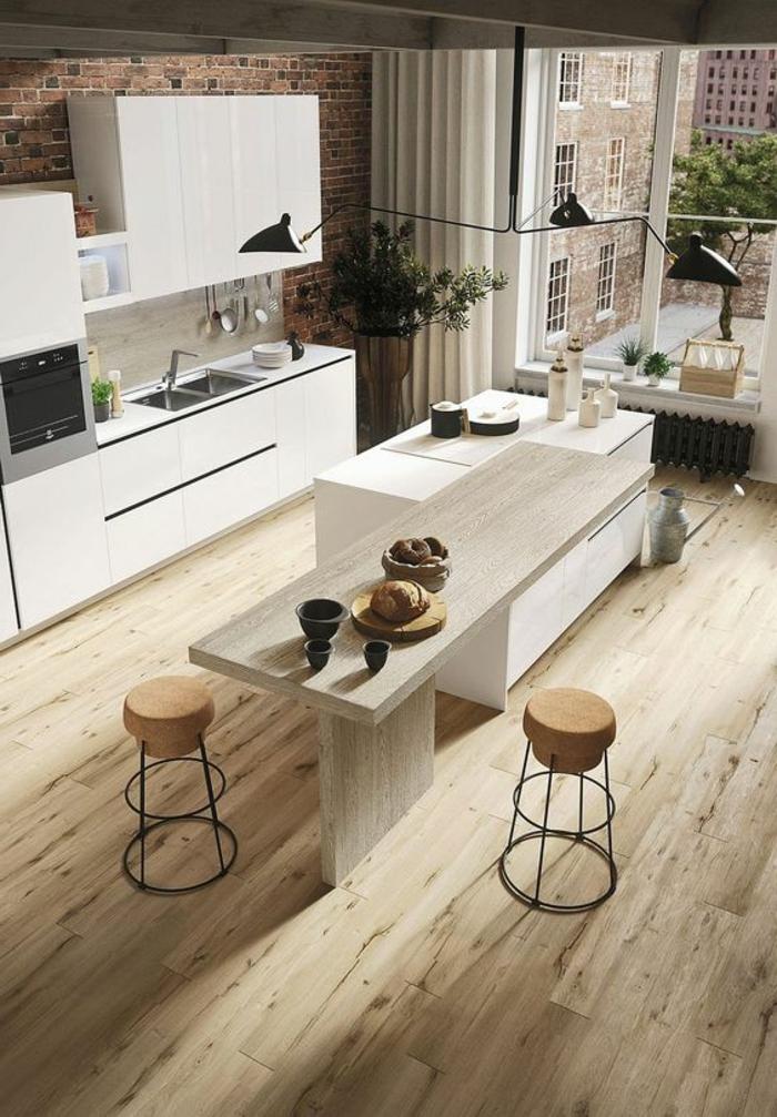 minimalistische Küche mit Holzboden, Holztheke, Kaffee-Set, zwei Hockern mit Metallbeinen und Polstersitzfläche