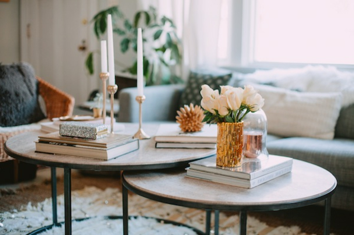 Deko Ideen für einen 2-Tisch-Set: frische weiße Blumen, weiße Kerzen, einige Bücher