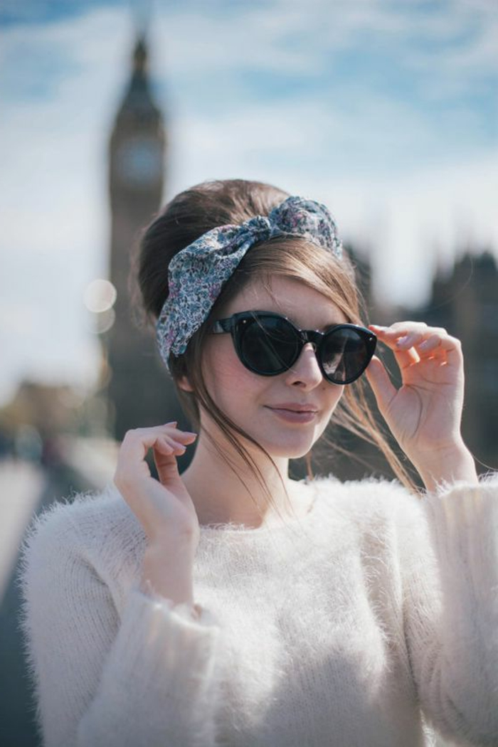 dame mit weißer bluse, großen sonnenbrillen und frisur im retro stil