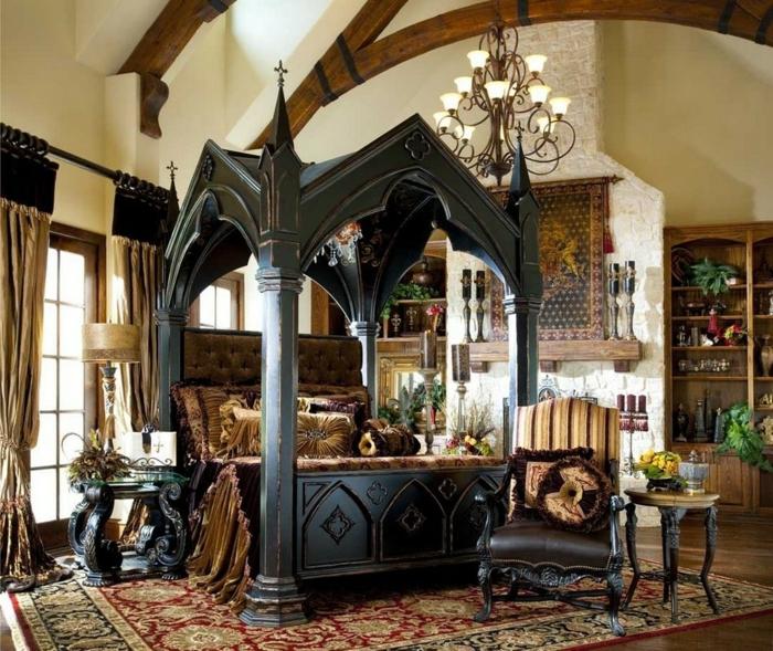 gotisch eingerichtetes Schlafzimmer mit schwarzem Doppelbett aus Holz, Schrägdach, gotiche Möbel