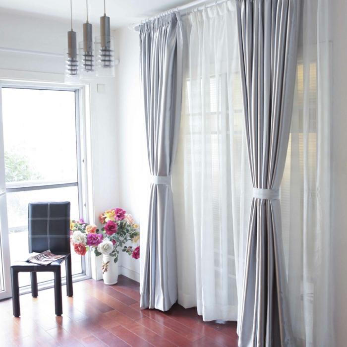 schöne, silberne, blickdichte vorhänge im wohnzimmer