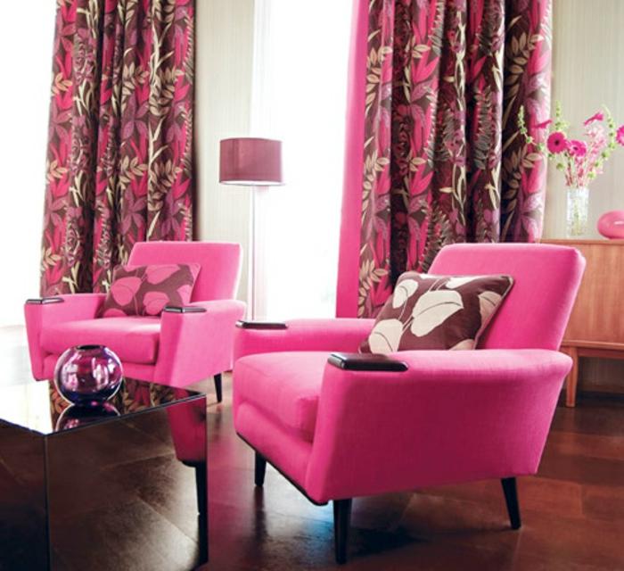 moderne vorhänge in rosa mit blumen im wohnzimmer
