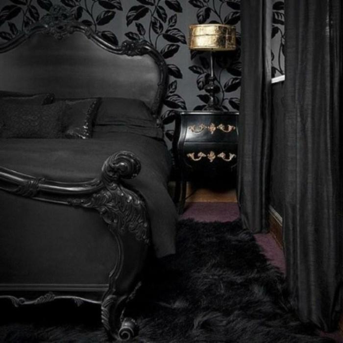gotisches Schlafzimmer mit schwarzen Tapeten mit Blättermotiven, schwarzes Doppelbett aus Holz, lila Mokett