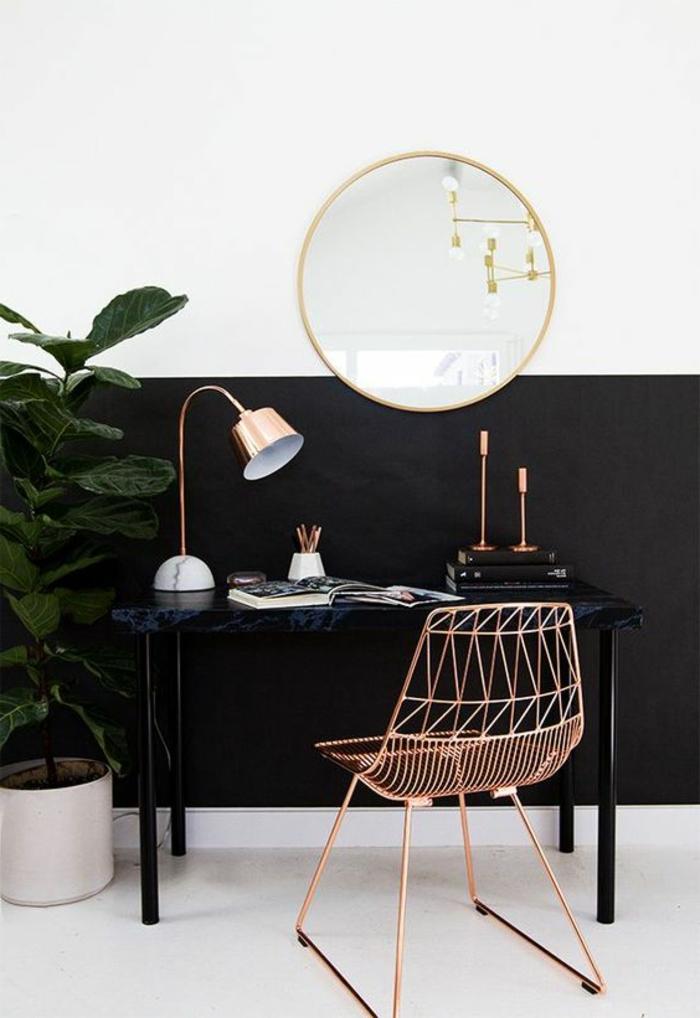 runder Spiegel mit simplem Rahmen in Goldfarbe, Marmorschreibtusch in Schwarz, Metallstuhl in Bronzefarbe