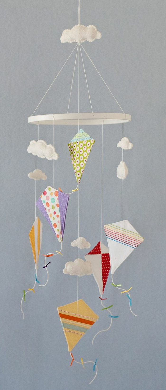 Mobile selbst basteln - Drachen und Wolken aus Watte