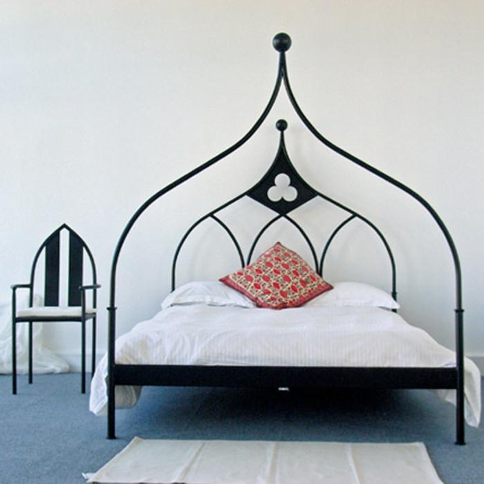 Gothic-Doppelbett mit Metallrahmen in Schwarz, minimalistische Möbel, Gothic-Stuhl mit simplem Design