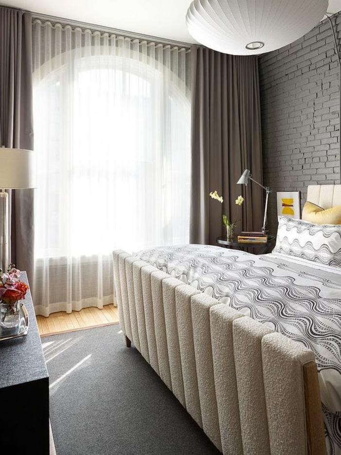 tolle fenstergestaltung im schlafzimmer mit blickdichten, beigen, vorhängen