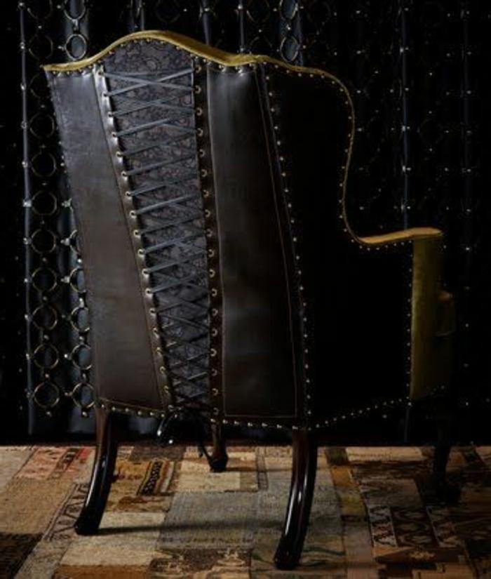 Gothic-Sessel aus schwarz-braunem Leder und schwarz-braunem Holz, Schnürmieder-Motiv, Musterteppich