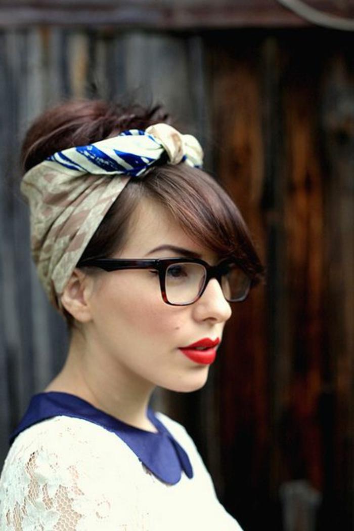 bandana frisuren - braune haare hochstecken, rmake up im retro stil
