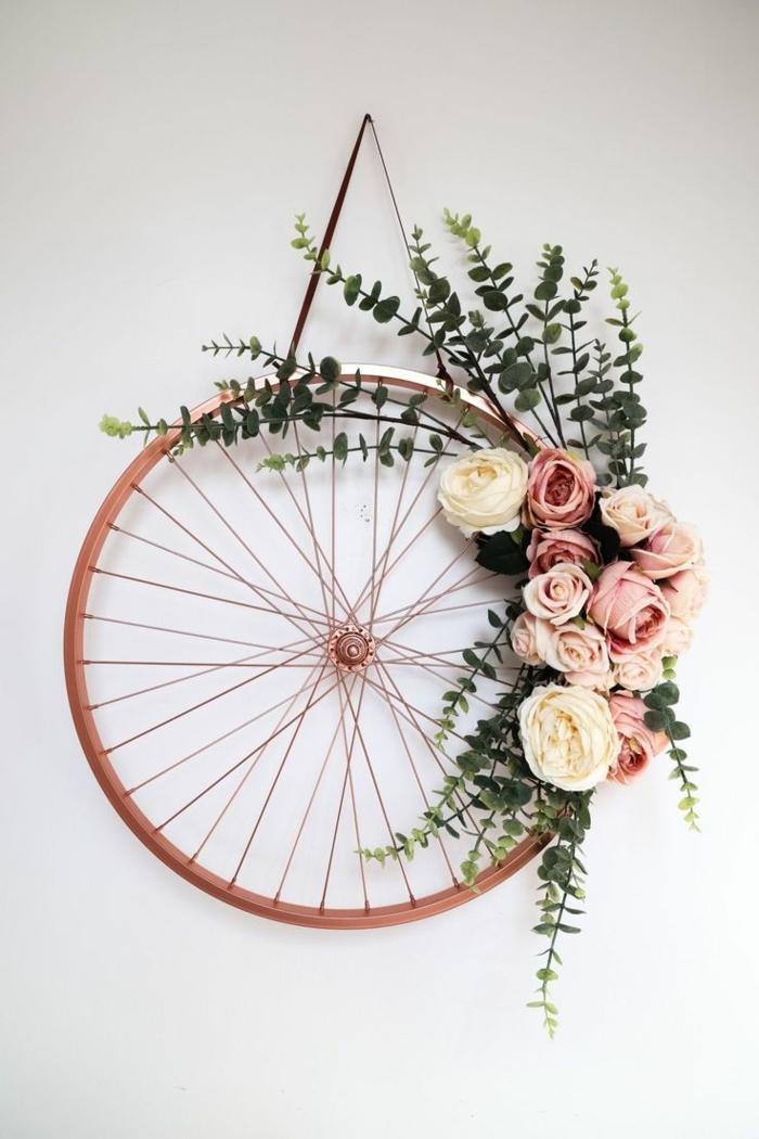 Transformation eines alten Fahrrads, aus alt mach neu, Kranz aus einem Rad mit Blumen dekoriert