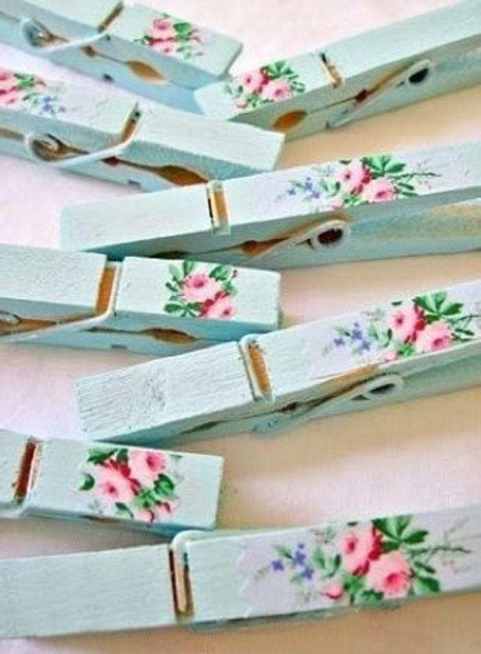 schöne wäscheklammer mit servietten mit kleinen pinken blumen und grünen blättern