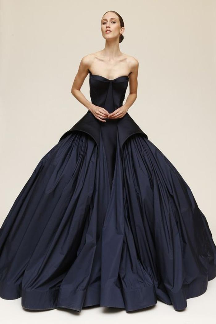 abendkleid in schwarz, offiziell, lang und breit