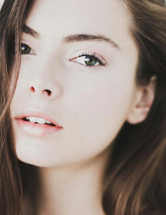 perfektes make up volle rosa lippen von einer schönen frau mit froßen dunkelgrünen augen