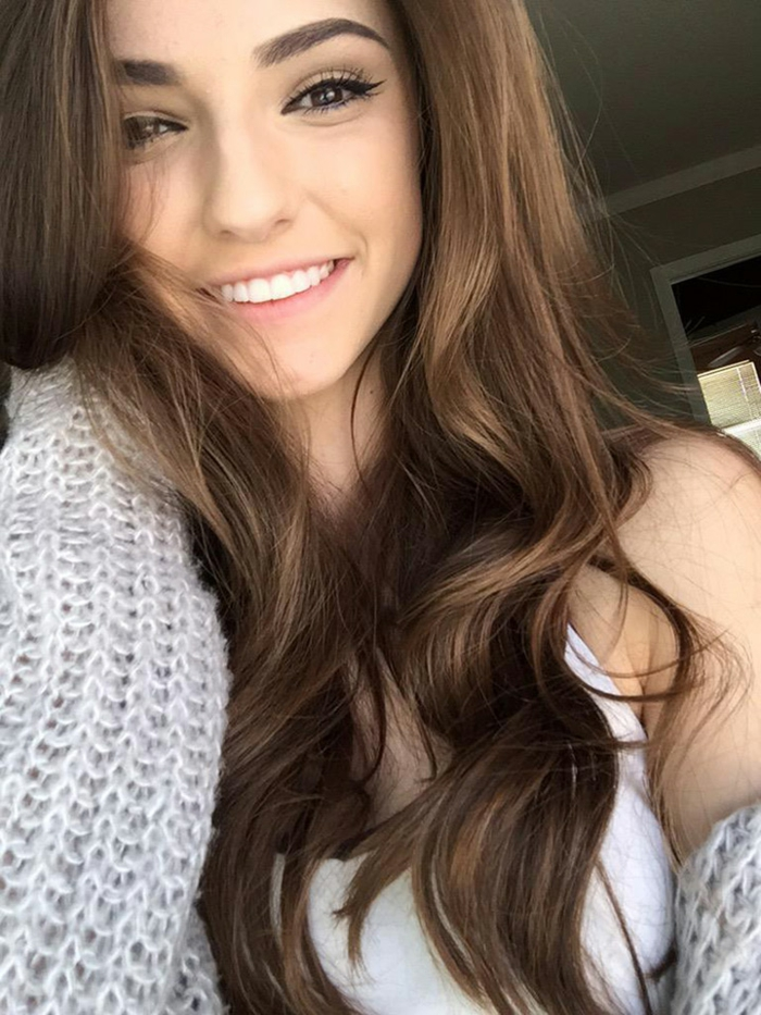 natürliches augen make up schöne frau mit langen braunen haaren augen schminken dezent lächeln