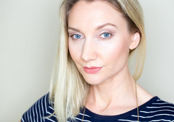 natürliches augen make up blonde haare blaue augen rosa lippen lange kette lidschatten bluse