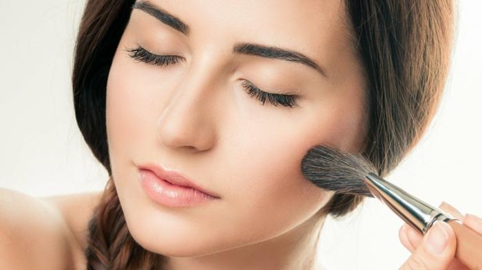 natürliches make up sich selbst schminken mit einem weichen pinsel präzise schminke tipps