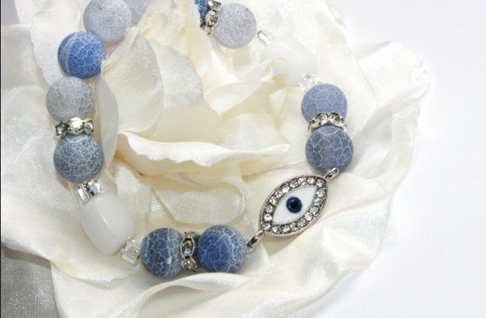 bedeutung augenfarbe türkische blaue auge mit perlen in blauer und weißer farbe kombiniert