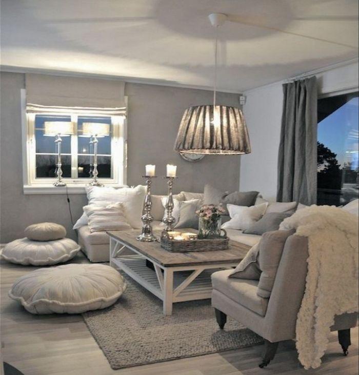 wohnzimmer deko ideen im dezenten skandinavischen stil mit kerzen auf einem tisch