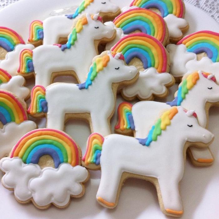 backformen für kleine weißen einhorn kuchen mit regenbogen