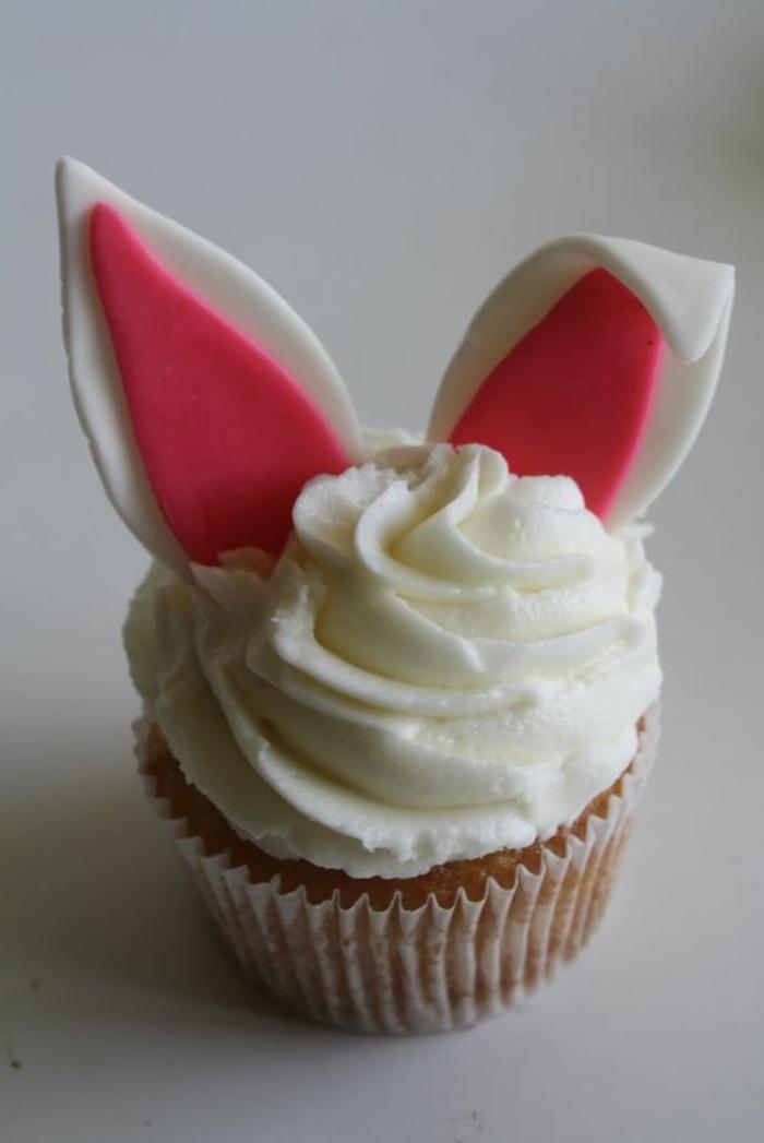 Ohren von Osterhase in rosa und weiß in weiße Glasur - Backen für Ostern
