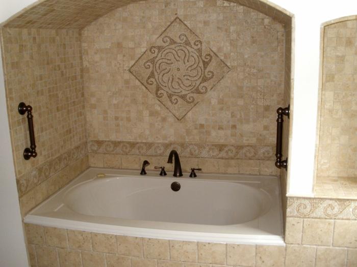 über die Badewanne wie eine Sonne aus Kacheln - Fliesen Dekoration - Badfliesen Ideen