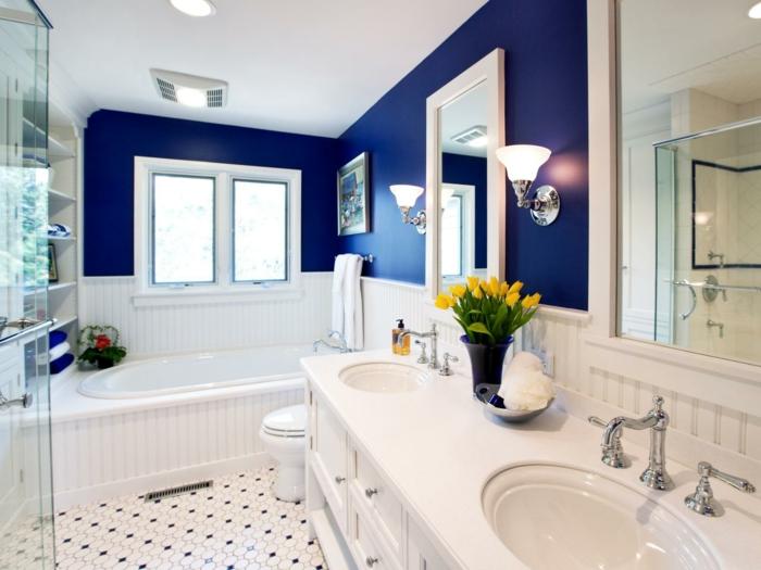 Mosaikfliesen - Badfliesen Ideen - weiß mit ein bisschen Schwarz, blaue Wände zwei große Spiegel mit Beleuchtung