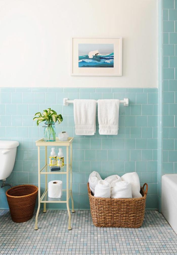 moderne Badfliesen in blauer Farbe quadratisch an der Wand Mosaik an dem Boden