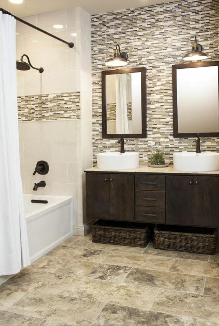 moderne Badfliesen - Mosaik Wandfliesen, große Bodenfliesen, zwei Spiegel mit Beleuchtung, große Badewanne