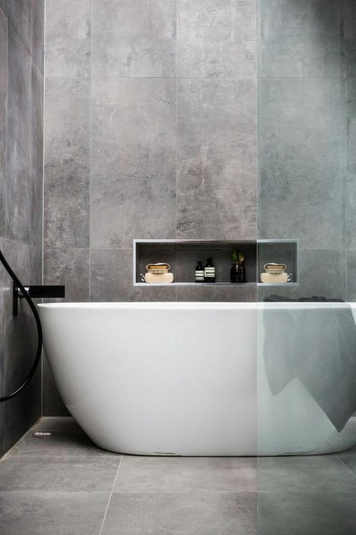 moderne Badfliesen , enorm in grauer Farbe, Badewanne in skandinavischem Stil