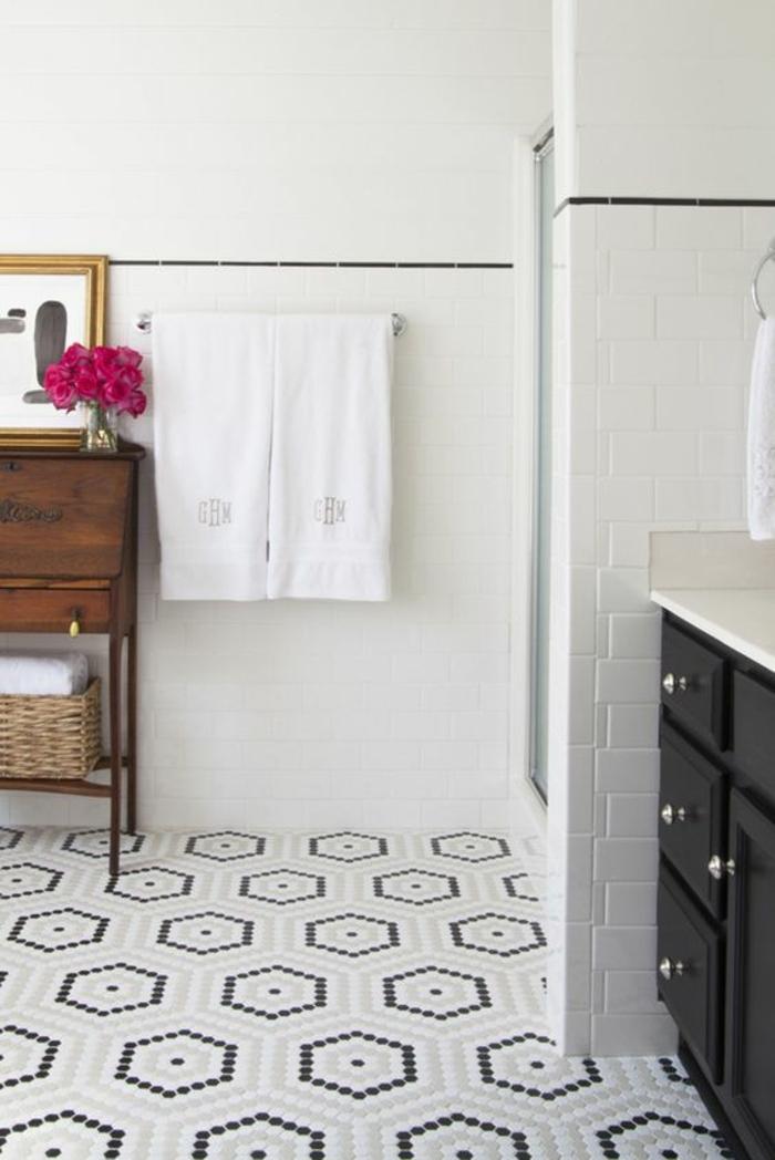 Mosaikfliesen schön geordnet am Boden, klassische weiße Kacheln an den Wänden, vintage Regal