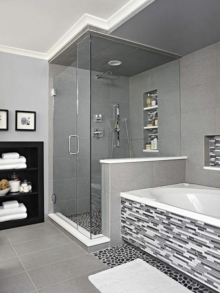 moderne Badfliesen - Mosaik an der Badewanne, Narutstein Optik am Boden der Duschkabine, sonst graue große Kacheln
