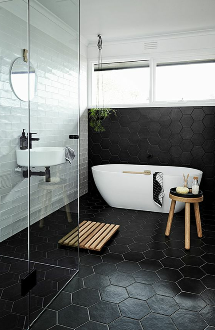 schwarze Fliesen und weiße Wände im Kontrast in Fliesen Badezimmer Beispiele