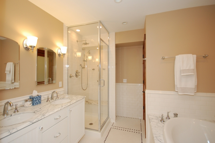 zwei Spiegel und zwei Waschbecken zwei Lampen Duschkabine - klassische weiße Badfliesen Ideen