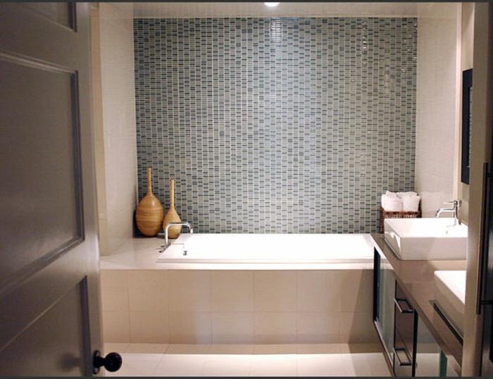 Mosaikfliesen an der Wand, große Kacheln am Boden und um die Wanne - Badfliesen Ideen