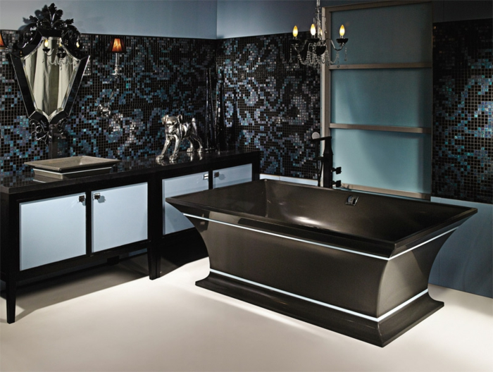 Bad mit Mosaik an der Wand, gotischer Spiegel, schwarze Badewanne, gotische Deko - Hund