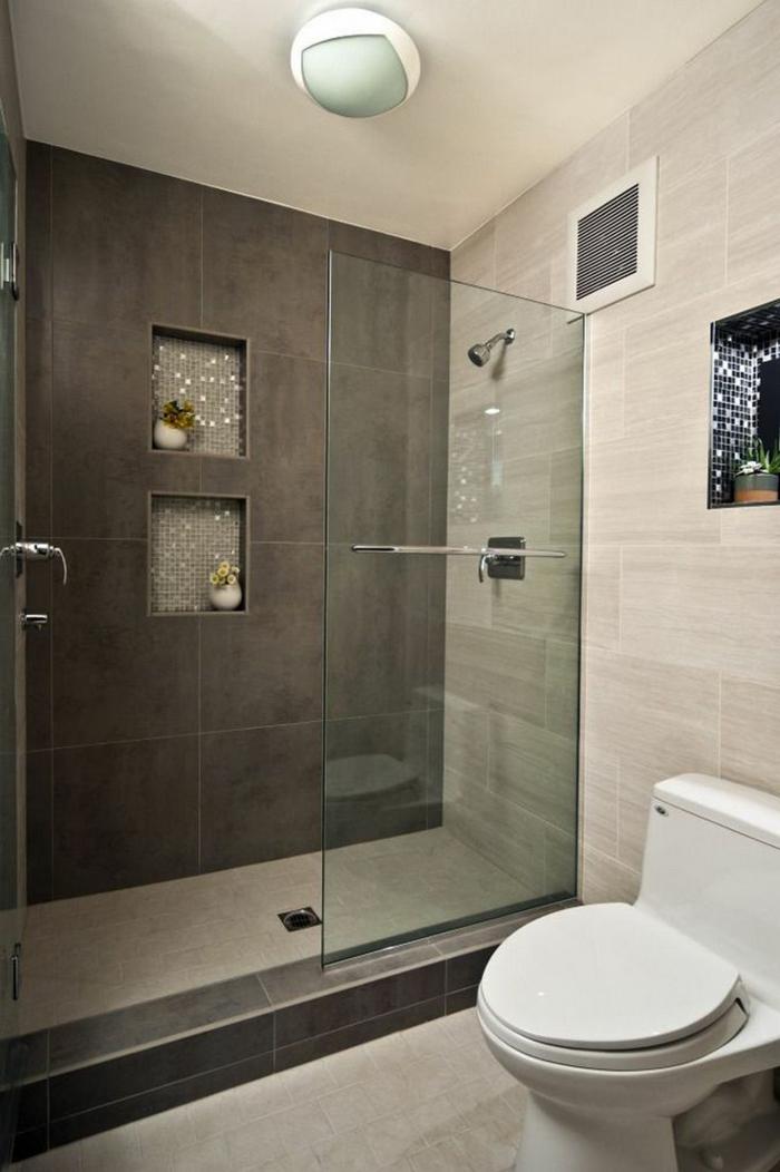 Fliesengestaltung Bad - schwarze große Kacheln an einer Wand, Naturstein Optik an der anderen