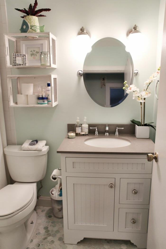 Fliesen Badezimmer Beispiele Mosaik Bodenfliesen interessante Würfel Regale runder Spiegel ohne Rahmen