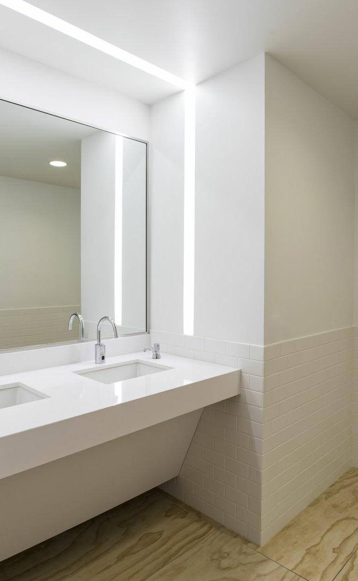 Fliesen Badezimmer Beispiele - weiße Fliesen wie Backsteine, LED Beleuchtung und großen Spiegel