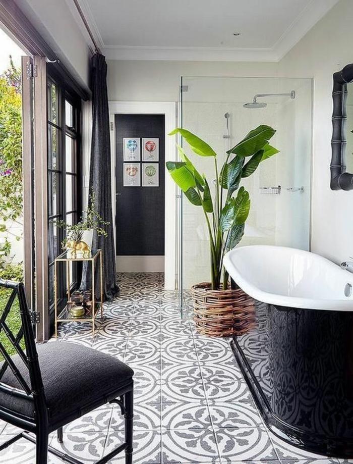 bemusterte Fliesen Badezimmer Beispiele - schwarz und weiße Badewanne und Pflanze im Korb