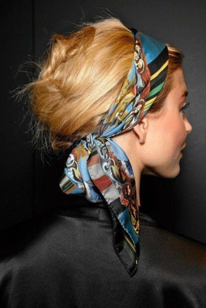 bandana frisuren - dame mit blonden haaren und hochsteckfrisur mit haartuch