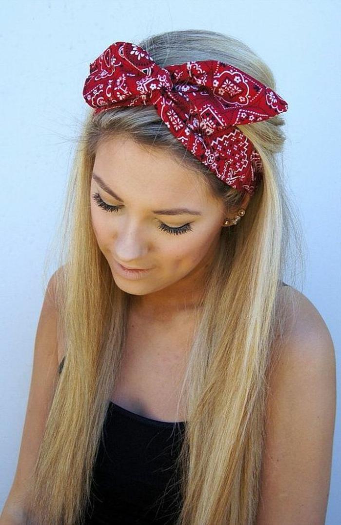 dame mit blonden langen glatten haaren und rotem haartuch