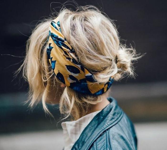 dame mit blonden haaren und alltagsfrisur mit haartuch
