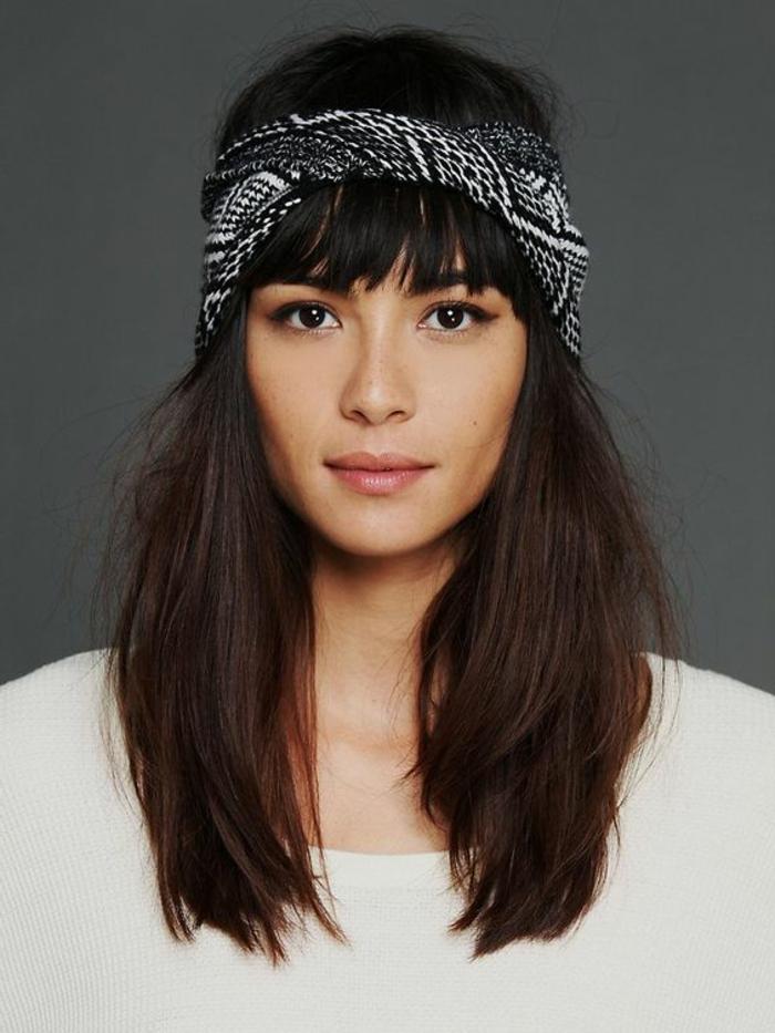 mittellange schwarze haare und schwarzes bandana mit weißem muster