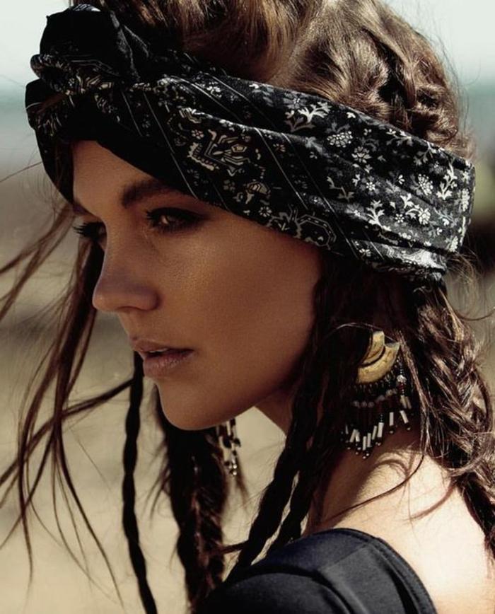 dame mit braunen haaren, frisur mit zöpfen und schwarzem haartuch mit weißem muster