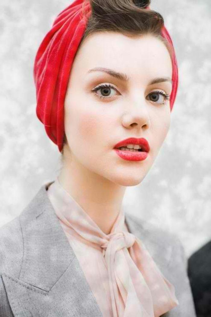 graus sakko, rosa hemd, rotes haartuch, braune haare