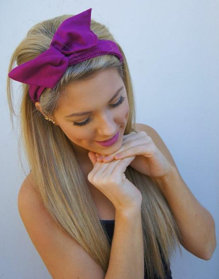 dame mit langen, glatten. blonden haaren und lila bandana