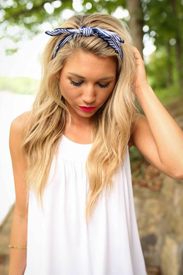 dame mit mittellangen, lockige, blonden haaren und weißer bluse
