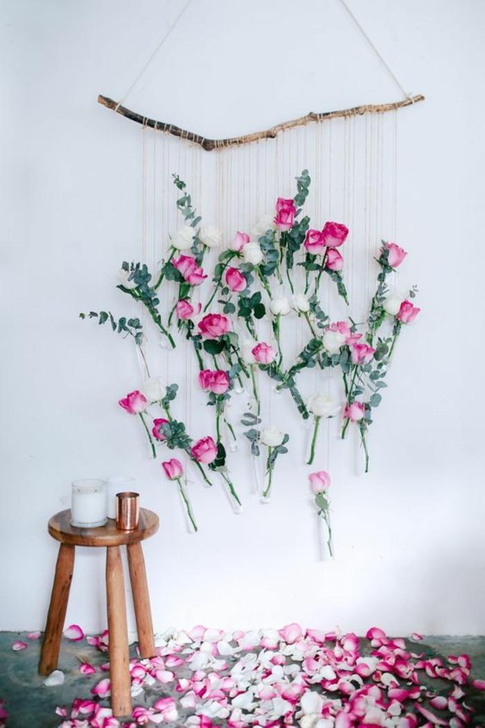 frühlingsdeko basteln, wanddeko aus ast, faden und rosen